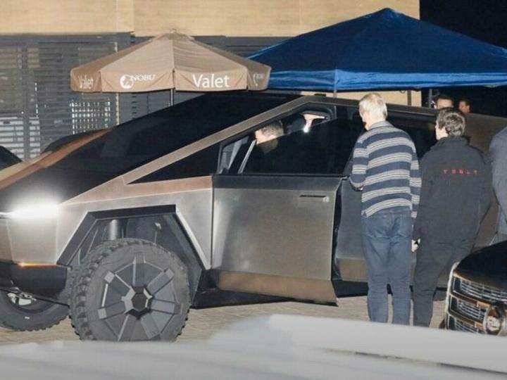 Илон Маск попал в аварию на Cybertruck - ВИДЕО