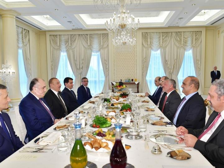 Состоялся рабочий обед Президента Азербайджана и Короля Иордании - ФОТО