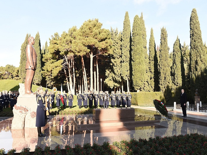 Prezident İlham Əliyev ümummilli lider Heydər Əliyevin məzarını ziyarət edib – FOTO – YENİLƏNİB