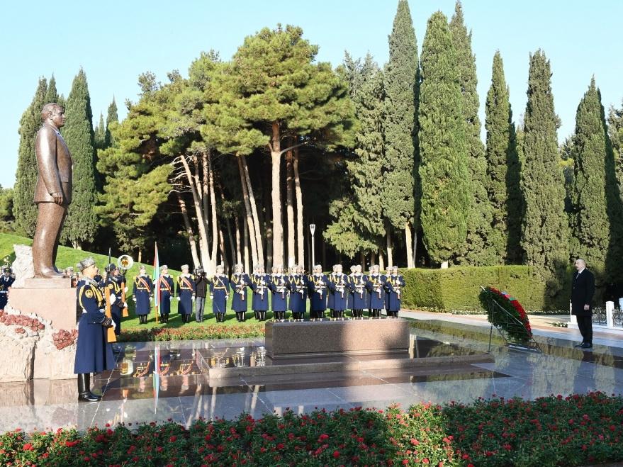 Президент Ильхам Алиев посетил могилу общенационального лидера Гейдара Алиева - ФОТО