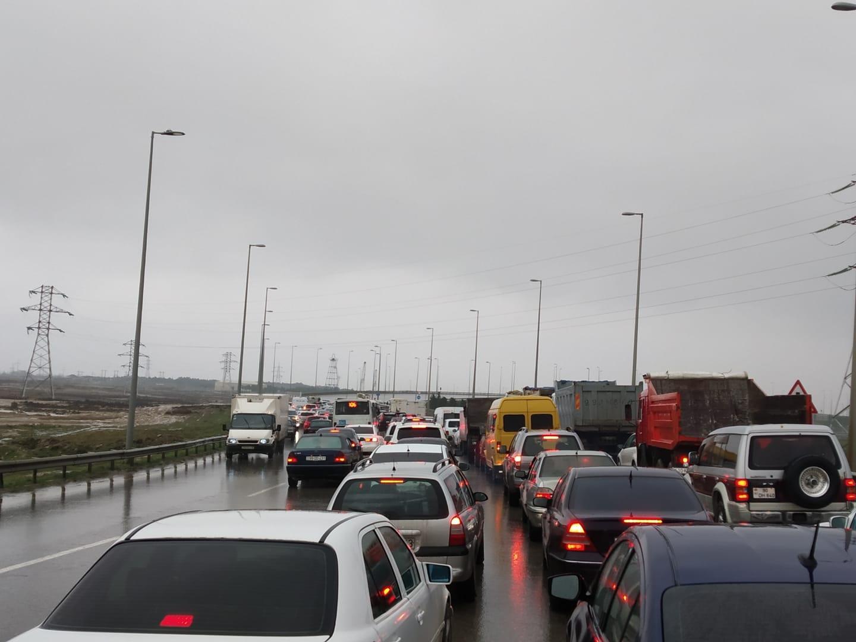 Из-за дождя на дорогах Баку образовались большие заторы - ФОТО