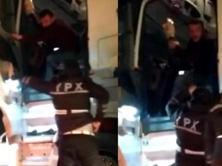 В Баку нарушитель за рулем грузовика отбивался от полицейских протезом - ВИДЕО