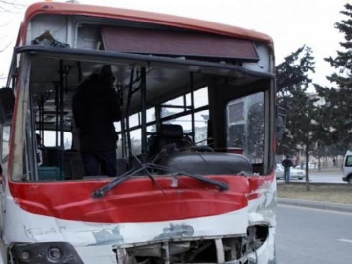 В Баку легковушка протаранила автобус, есть пострадавшие