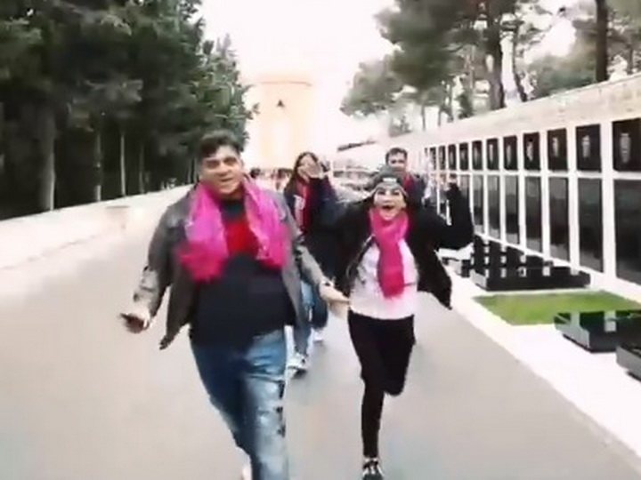 Возмутительно: Иностранцы сняли веселый клип на Şəhidlər xiyabanı – ВИДЕО