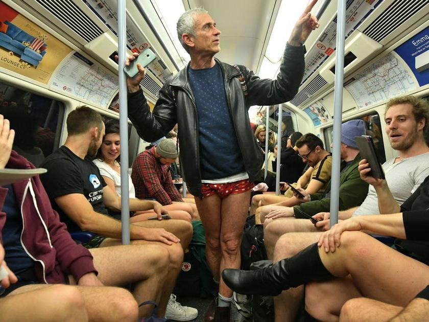 «День без штанов»: Как жители Лондона пытаются добавить веселья в серые будни – ФОТО