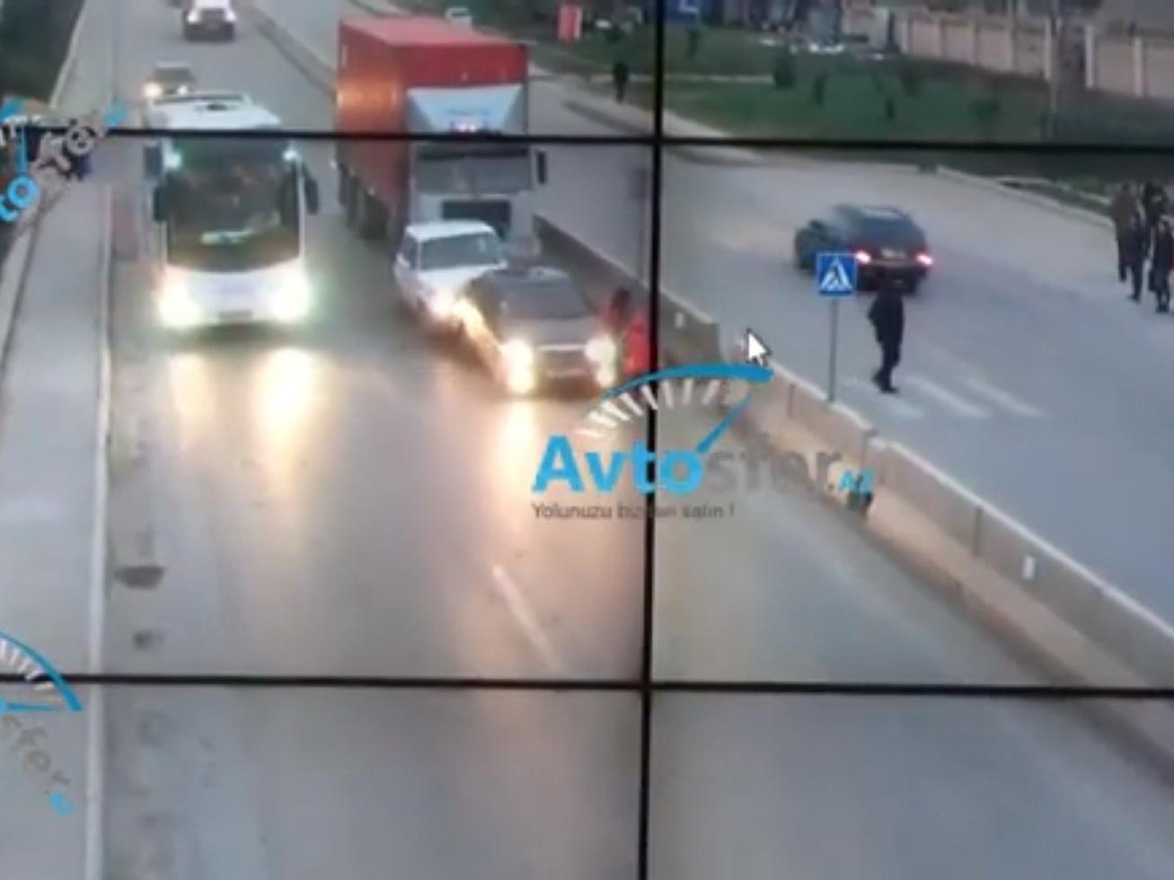 Шокирующее ДТП в Баку: Трейлер спровоцировал цепную аварию, мать с дочкой отбросило в бетонный отбойник – ВИДЕО