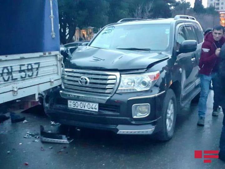 В Баку потерявший управление автомобиль врезался в 4 машины - ФОТО