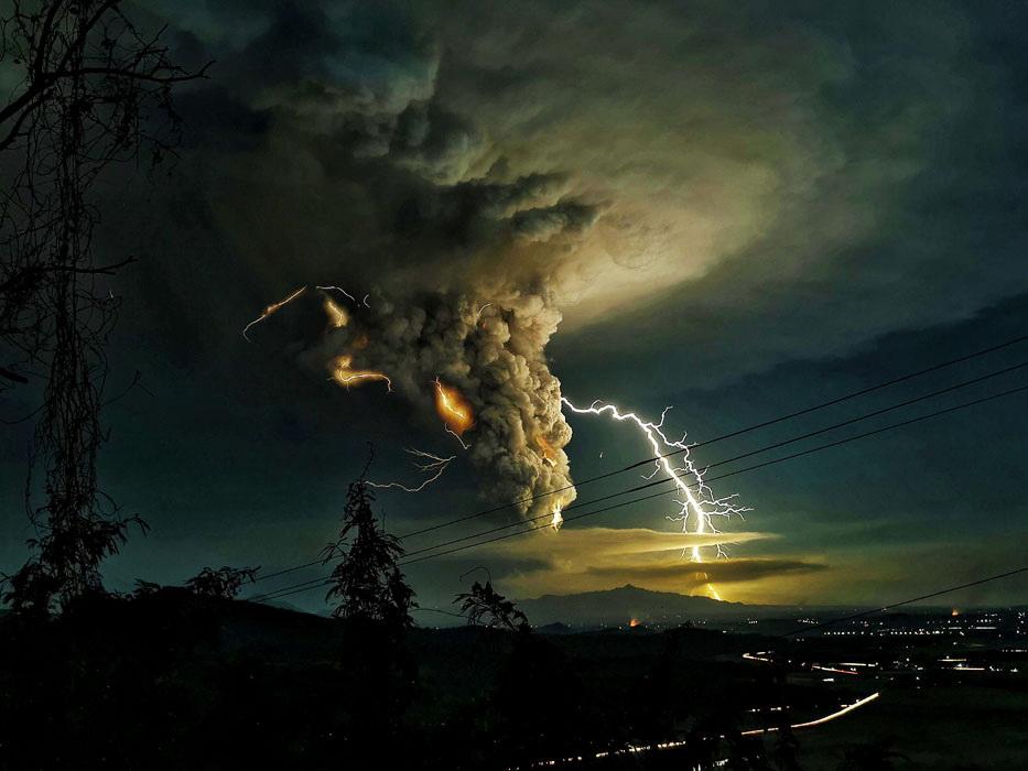 Пепел и молнии: извержение вулкана Тааль на Филиппинах – ФОТО - ВИДЕО
