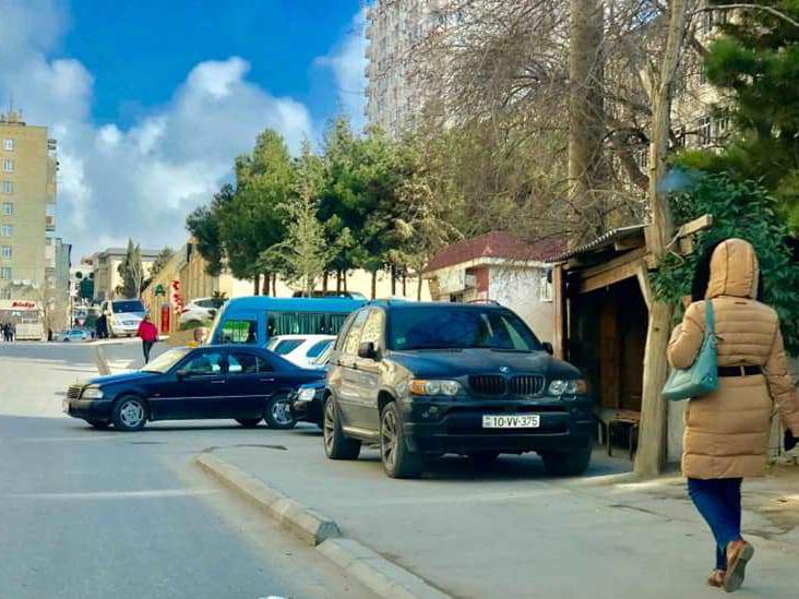 На этой бакинской улице тротуары принадлежат мойкам и машинам – ФОТОФАКТ