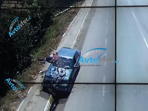 Mercedes, потеряв управление, сбил двух пешеходов - ВИДЕО