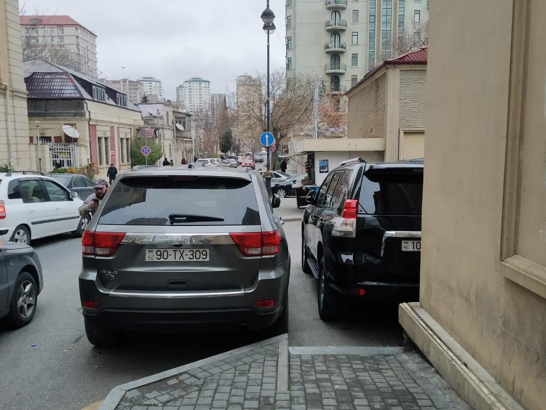 В центре Баку владелец Jeep преградил дорогу женщине с ребенком – ФОТО