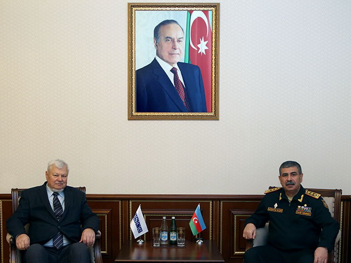 Закир Гасанов обсудил с Анжеем Каспшиком ситуацию на линии соприкосновения войск