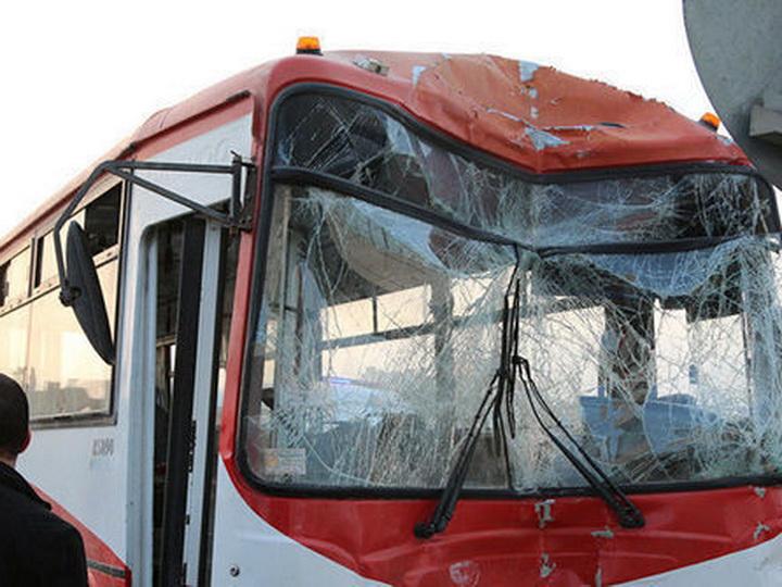В Баку микроавтобус со школьниками врезался в автобус, есть пострадавшие