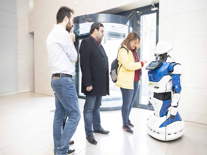 Azərbaycan Beynəlxalq Bankında robot – FOTO