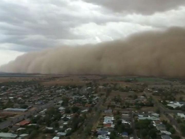Природа продолжает бушевать: Австралию накрыли песчаная буря и град - ВИДЕО