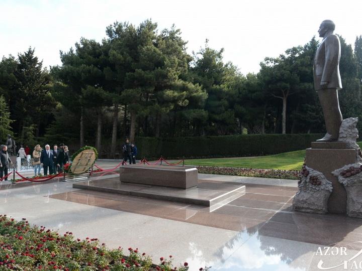 Российская делегация посетила могилу общенационального лидера Гейдара Алиева - ФОТО