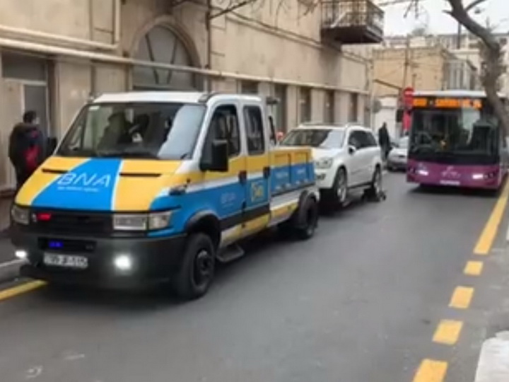 Владелец внедорожника на полчаса заблокировал бакинскую улицу - ВИДЕО