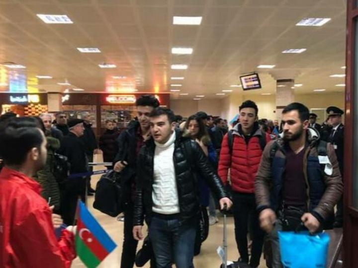 Азербайджанские студенты, обучавшиеся в пострадавших от землетрясения регионах Турции, вернулись на родину - ВИДЕО