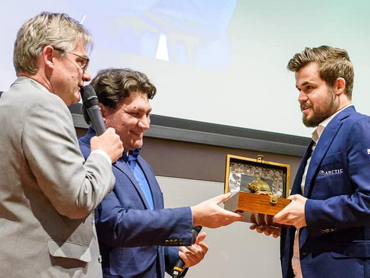 Магнус Карлсен получил премию Вугара Гашимова
