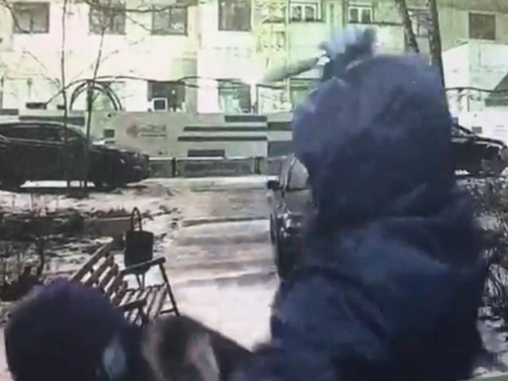 Зарезали у подъезда: в Москве убит торговец из Азербайджана - ВИДЕО