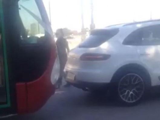 На бакинской остановке женщина на Porsche заблокировала автобус с пассажирами и устроила «разборку» - ВИДЕОФАКТ