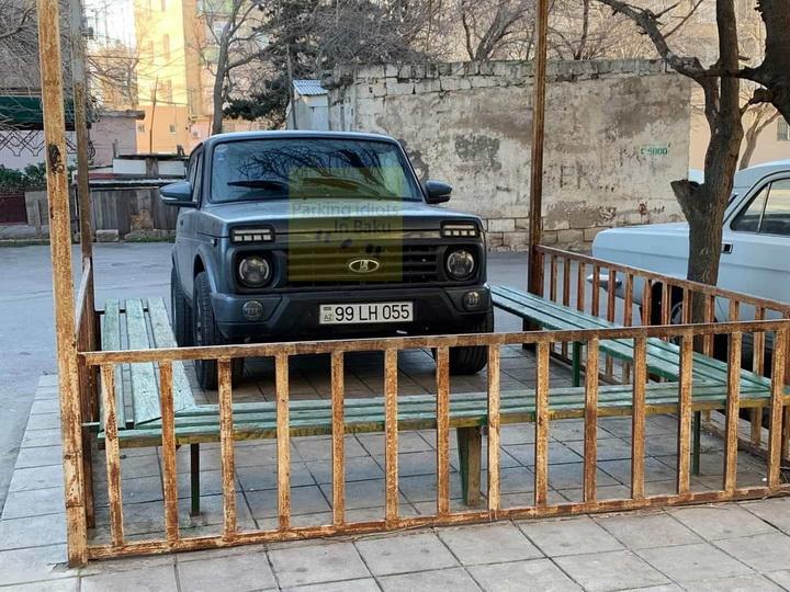 В Баку водитель использует беседку во дворе как гараж - ФОТОФАКТ
