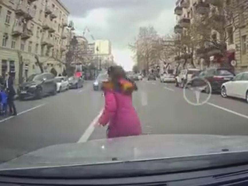 В центре Баку водитель чудом не сбил девочку - ВИДЕО
