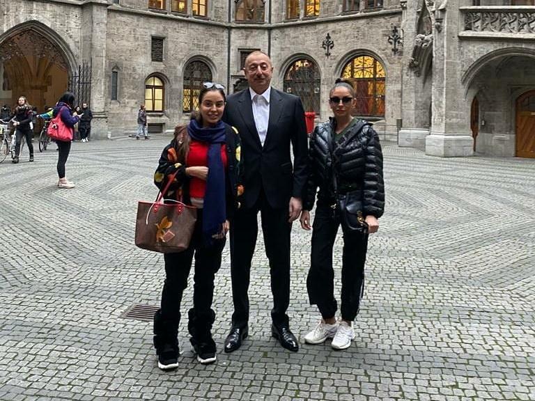 Президент Ильхам Алиев с семьей прогулялся по Риму - ФОТО