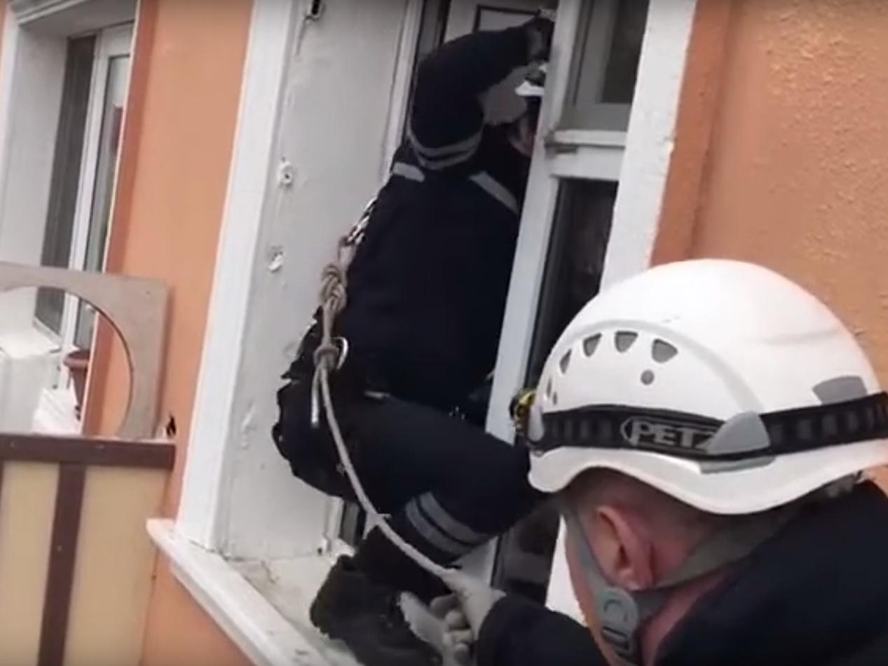 Сотрудники МЧС спасли девочку в Сумгайыте - ВИДЕО