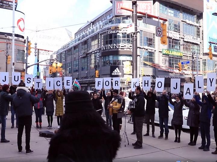 «Сары гялин» в Торонто: Флешмоб азербайджанцев Канады в память о жертвах Ходжалинского геноцида - ВИДЕО