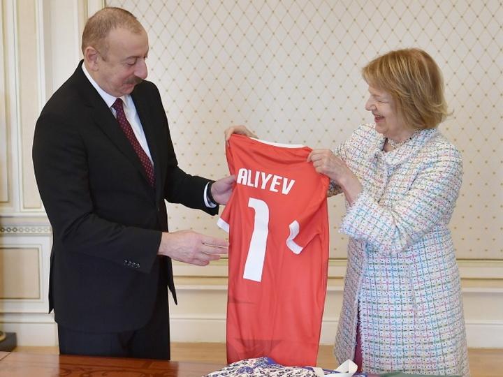 Памятный подарок: Что подарила Ильхаму Алиеву баронесса Эмма Николсон - ФОТО