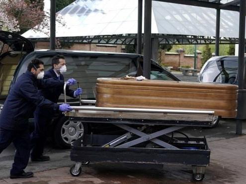 Ужасы коронавируса: В Испании в домах престарелых находят брошенных и мертвых людей