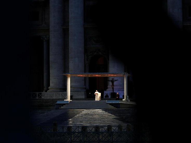 «Мы все в одной лодке»: Папа Франциск помолился на пустой площади Ватикана - ФОТОРЕПОРТАЖ