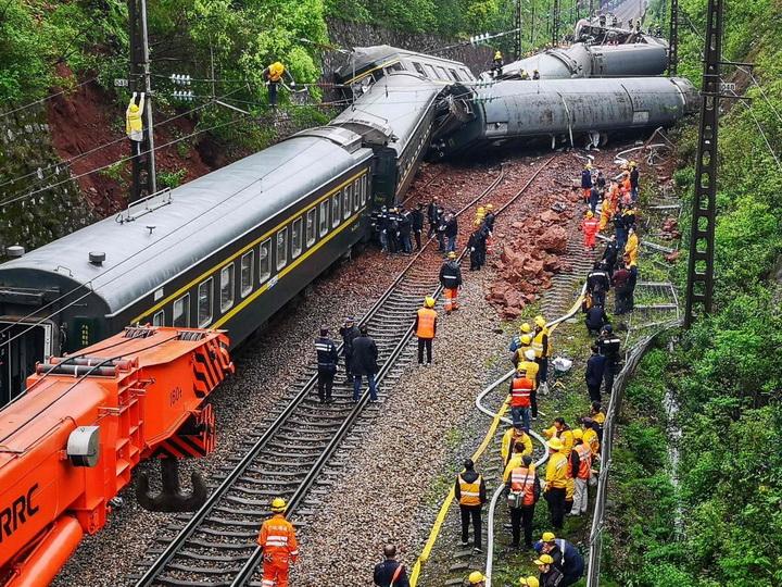 При сходе с рельсов поезда в Китае пострадали 127 человек