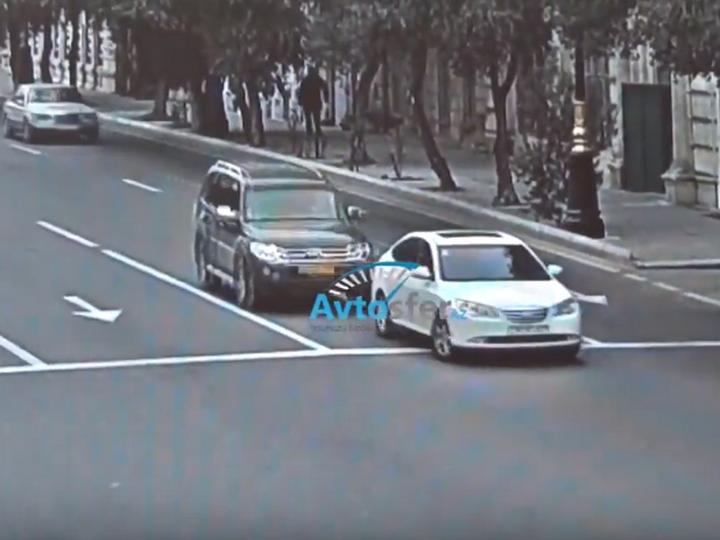 В Баку на светофоре «снесли» автомобиль, остановившийся на «красный» – ВИДЕО