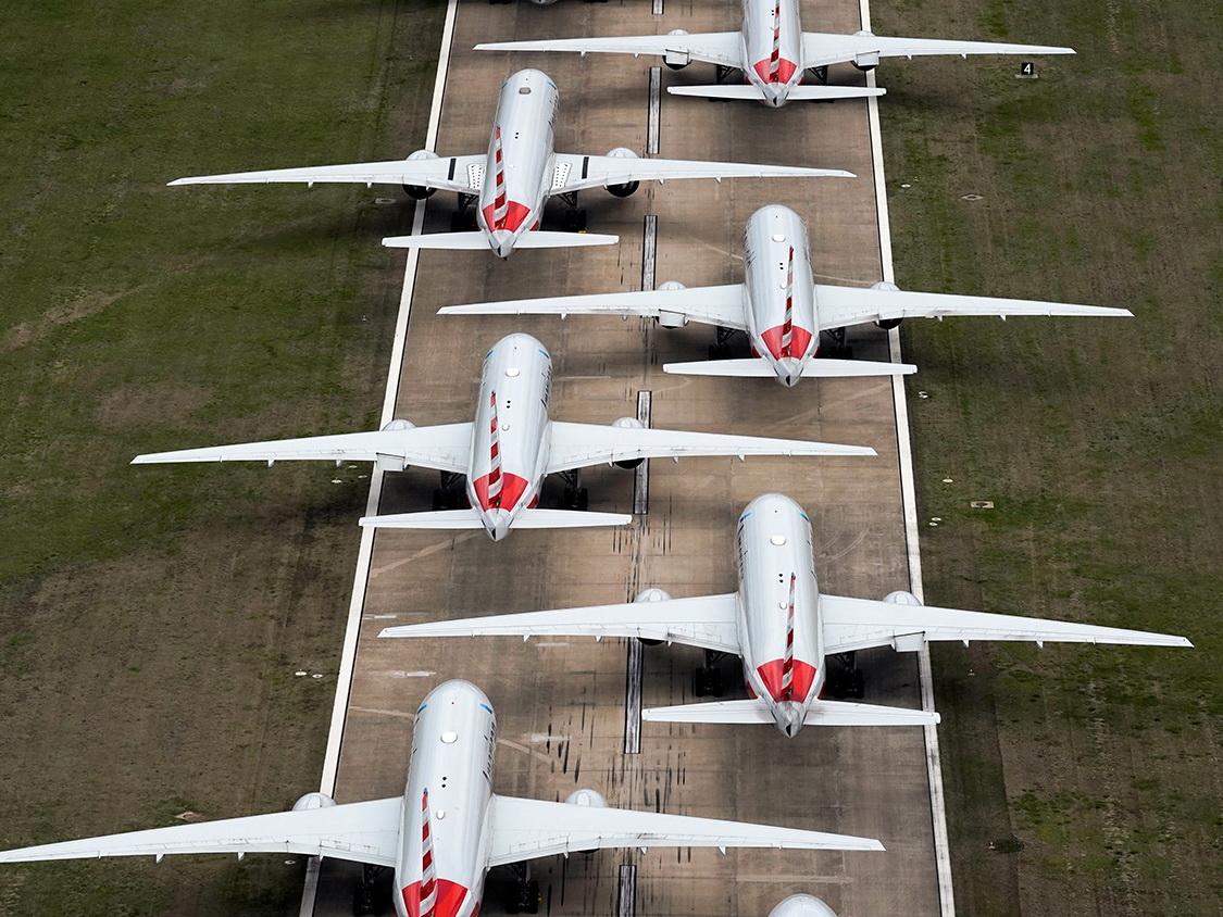 Ставшие «ненужными» самолеты паркуют прямо на взлетной полосе – ФОТО