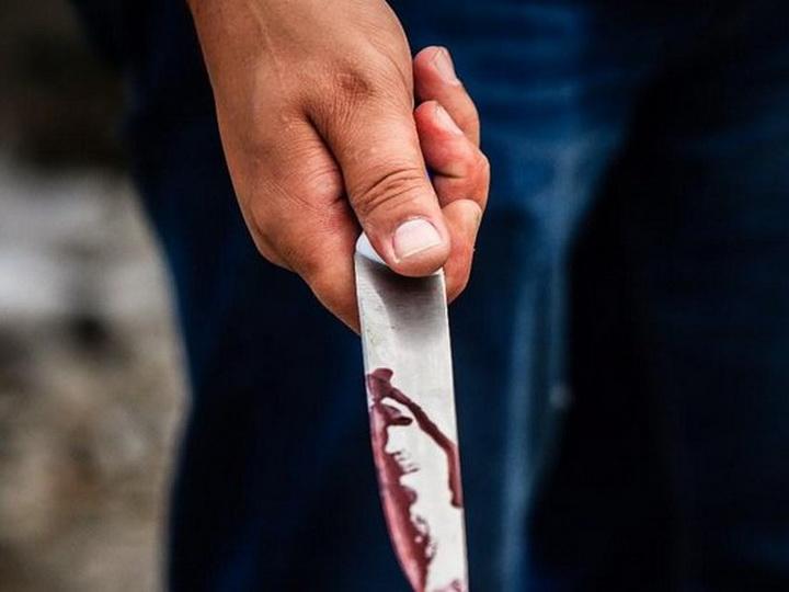 В Баку нарушитель карантина искромсал себя ножом, пытаясь скрыться