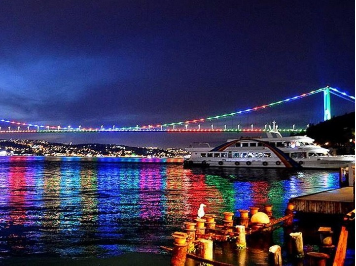 Мосты и башни Стамбула окрасились в цвета флага Азербайджана – ФОТО