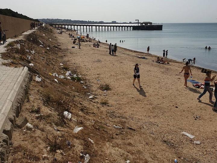 Бакинский пляж превратили в мусорную свалку - ФОТО - ВИДЕО