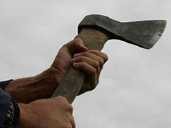 В Азербайджане муж пытался зарубить жену топором