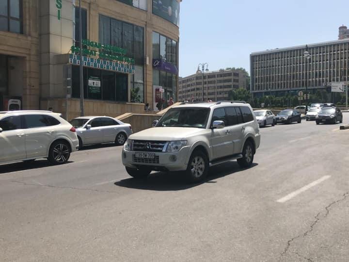В Баку водитель припарковал автомобиль прямо посреди дороги – ФОТОФАКТ