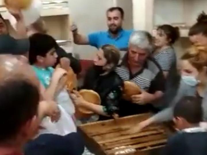 Люди массово скупают хлеб и продукты питания в маркетах Баку – ФОТО – ВИДЕО