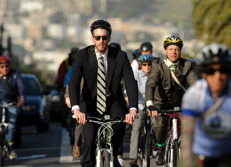 Дорожная полиция советует тем, кому разрешено работать в выходные, ездить на велосипедах
