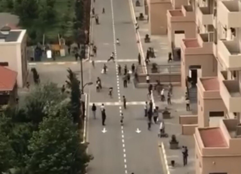 Жители бакинского жилого комплекса массово разбегаются при виде полиции – ВИДЕО