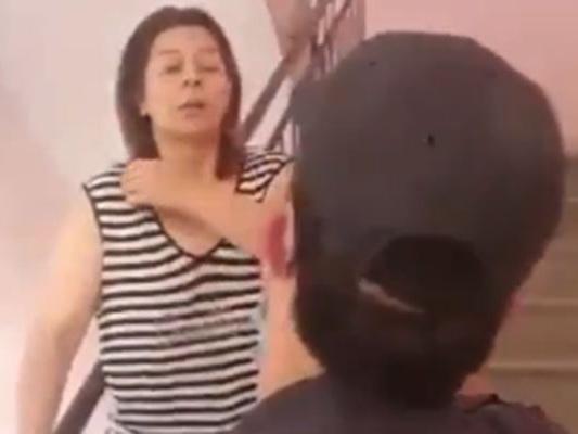 Уволен полицейский, оскорбивший супружескую пару при задержании жителей, бросавших в полицию мусор – ВИДЕО