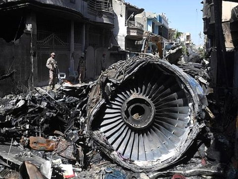 Причиной авиакатастрофы в Пакистане, унесшей 98 жизней, стал «коронавирус»