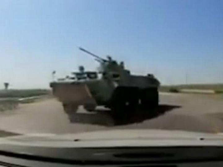 СМИ: В Азербайджане БТР столкнулся с автомобилем - ВИДЕО