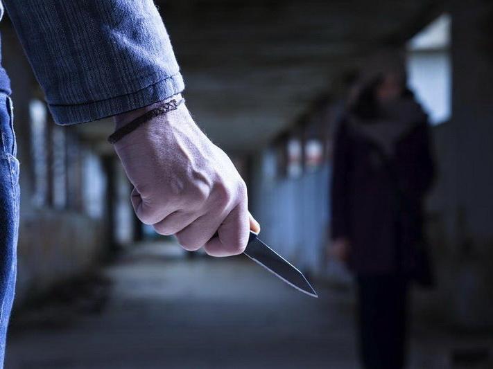 В Баку мужчина напал на бывшую жену и ограбил ее