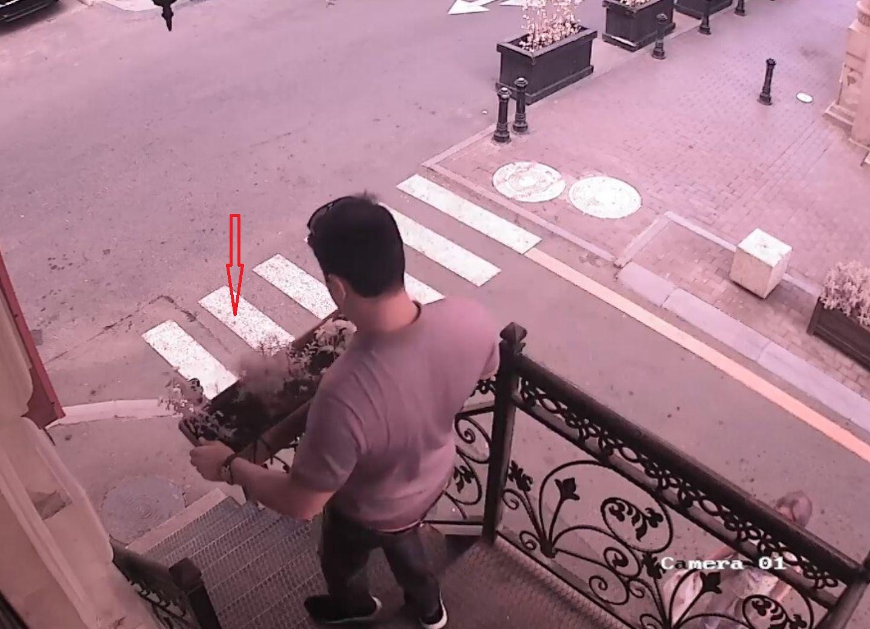 В Баку парень украл цветы, не стесняясь девушки - ФОТО - ВИДЕО