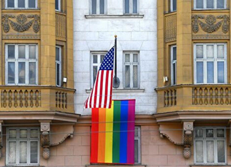 «А в здании этом, кто работает? Ну вот!»: реакция Путина на вывешивание флага ЛГБТ на посольстве США - ВИДЕО